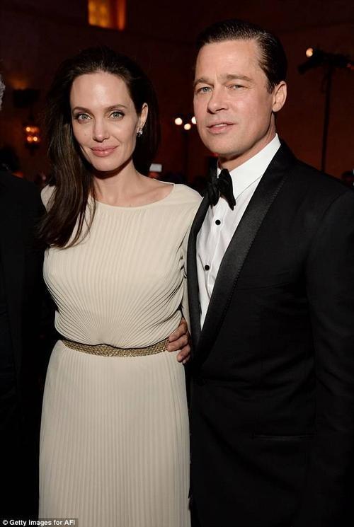 Tại bữa tiệc sau đó, Angelina thay một bộ váy khác màu kem nền nã, thanh lịch. By The Sea sẽ ra công chiếu ở một số rạp tại Mỹ từ ngày 13/11.