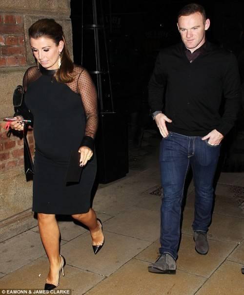 Vợ chồng Rooney. Dù đang mang bầu nhưng Coleen di chuyển khá nhanh nhẹn.