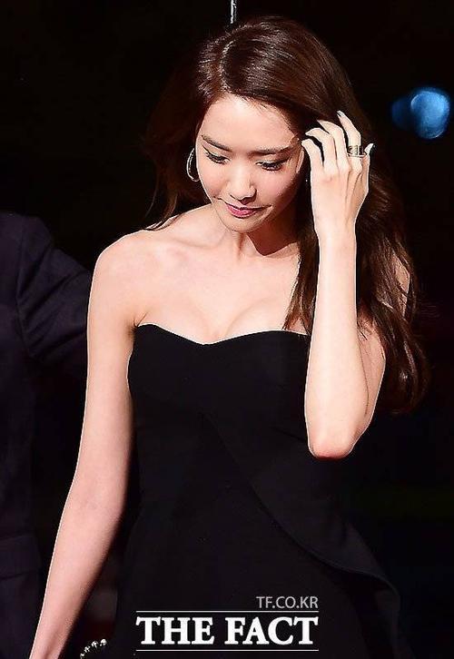 Yoona liên tục che đậy khoảng hở gợi cảm. Vốn sở hữu vóc dáng gầy gò, những lần Yoona diện sexy đều khiến công chúng bất ngờ.