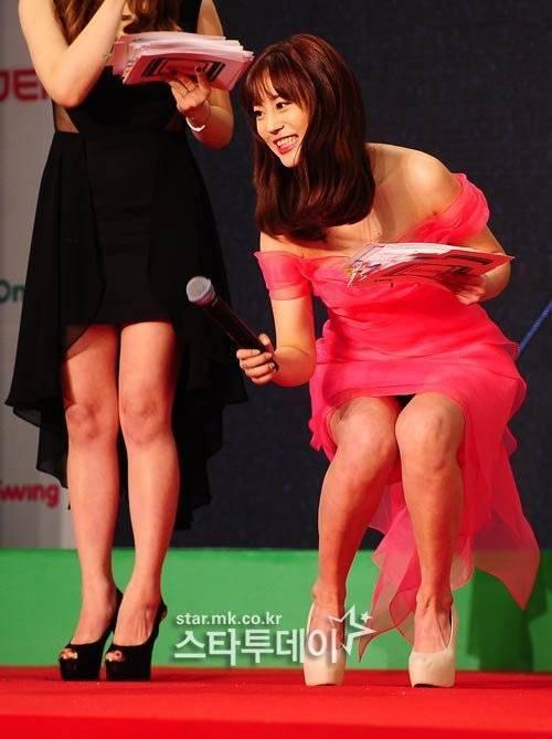 Trong một phút bất cẩn khi cúi người, Yong Ji vô tình hớ hênh vì quên không khép chân khéo léo.