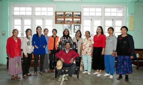 Các bà vợ của ông Chana cùng sống trong 1 phòng.