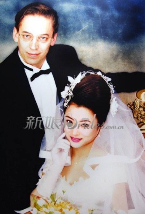 Lý Linh Ngọc kết hôn lần đầu khi 21 tuổi. Lần 2, cô tái hôn với doanh nhân Jerry Morgan.