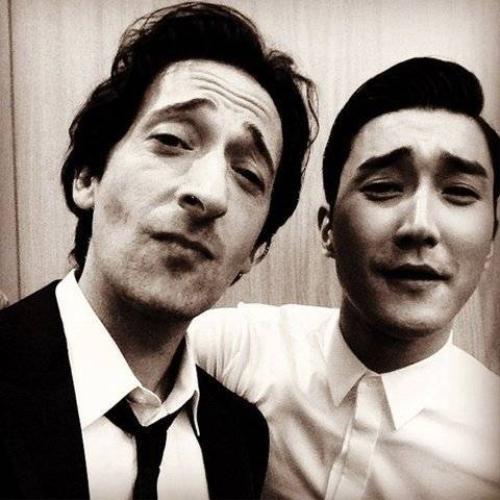 Mỹ nam Hàn và tài tử Hollywood Adrien Brody tạo biểu cảm gương mặt giống nhau khi chụp selfie.