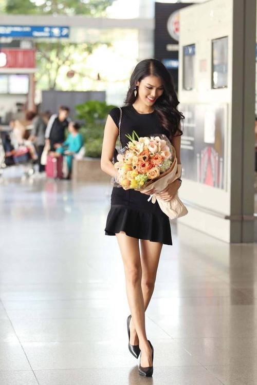 Lan Khue ra san bay don ntk Alexis Mabille8