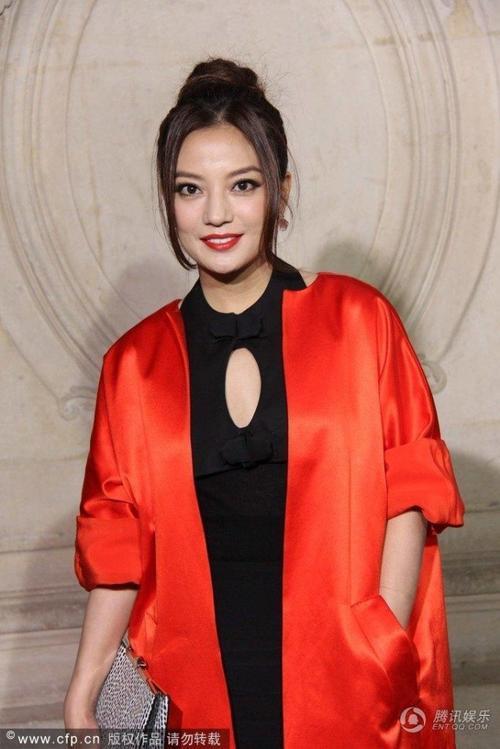 HÌnh ảnh Triệu Vy tại tuần lễ thời trang.