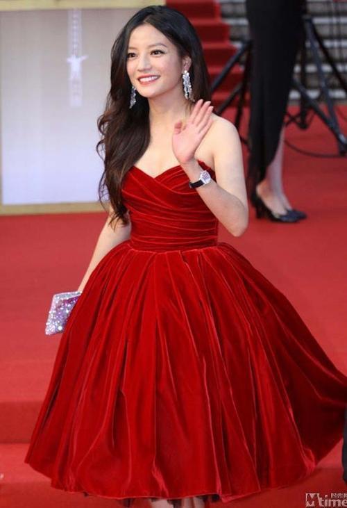 Sau khi sinh bé Tiểu Tứ Nguyệt, Én nhỏ có dấu hiệu tăng cân. Cũng từ đây, cô thường xuyên lên báo với gương mặt tròn xoe.