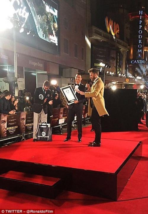 """Cũng trong buổi ra mặt, CR7 được vinh dự trao giải thưởng """"Nhân vật được yêu thích nhất trên Facebook của thế giới""""."""