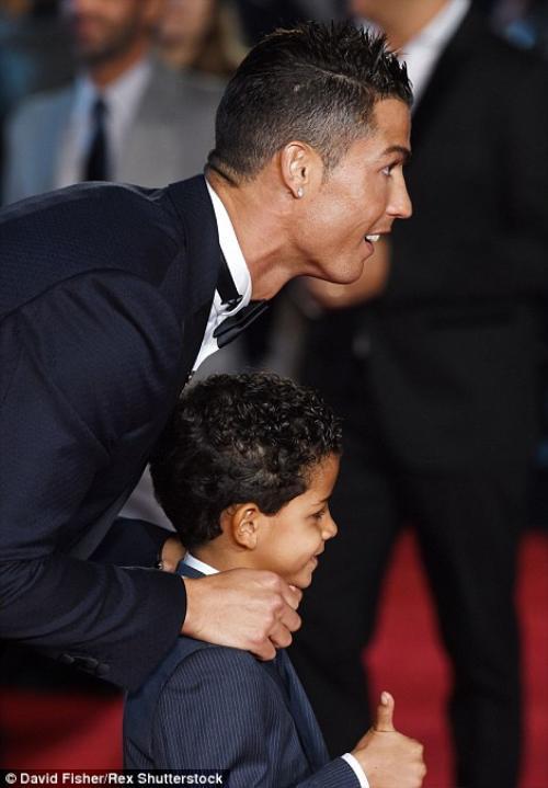 Với con trai, anh là thần tượng số 1. Với CR7, con trai là vật báu. Cả hai như người bạn thân của nhau.