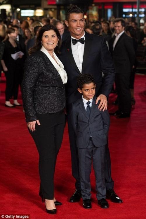 C.Ronaldo chụp ảnh kỷ niệm cùng mẹ - bà Maria Dolores dos Santos Aveiro và cậu con trai 5 tuổi Cristiano Ronaldo Jr