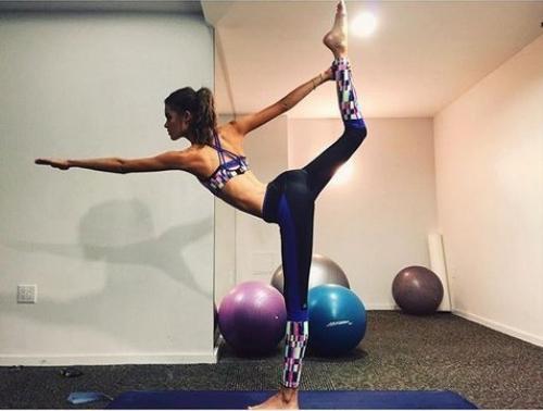 Candice Swanepoel và Pauline Hoarau chăm chỉ tập yoga.