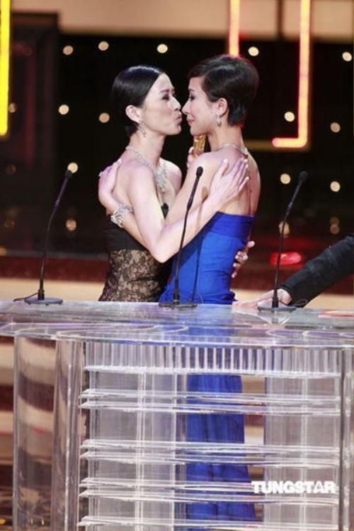Xa Thi Mạn ôm hôn chúc mừng Dương Di khi cô nhận giải Nữ nhân vật được yêu thích nhất năm 2009.
