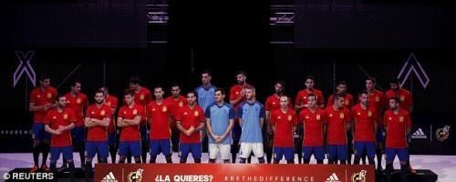 Các tuyển thủ Tây Ban Nha có mặt đầy đủ trong buổi giới thiệu mẫu áo đấu tại vòng chung kết Euro 2016.
