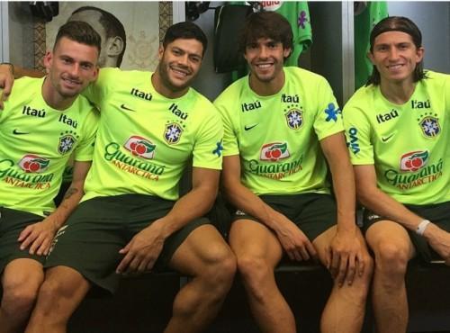 Nụ cười tươi của Kaka và các tuyển thủ Brazil giúp họ tự tin chiến thắng trước kình địch Nam Mỹ.