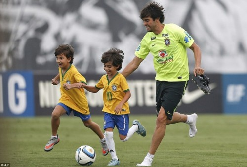 Luca rất hào hứng tập luyện bóng đá với ba.