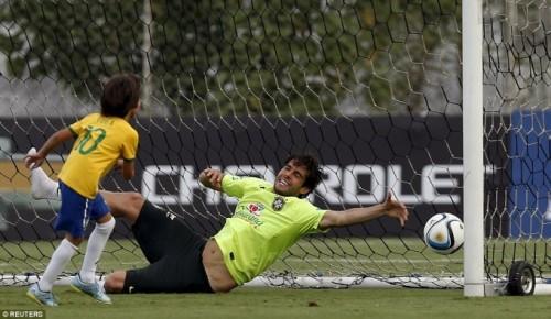 """Cú sút bóng dũng mạnh vào lưới, hạ gục thủ môn """"bố Kaka""""."""