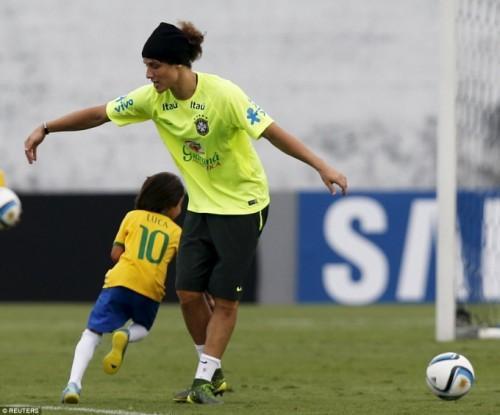 """Pha """"xuất thần"""" lừa trung vệ David Luiz của Luca."""