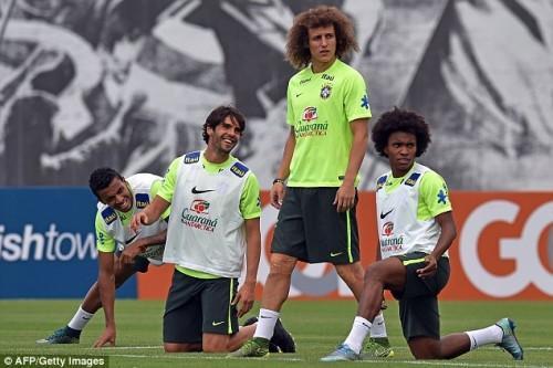 (Từ trái sang phải) Luiz Gustavo, Kaka, Luiz và Willian cười đùa nhau trong buổi tập.