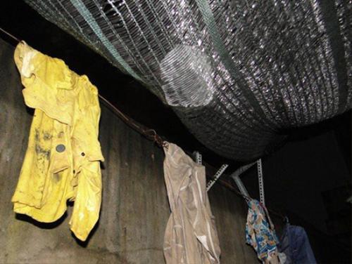 Các viên đá lạnh có kích thước lớn còn vướng lại trên tấm lưới chống nắng cách đây vài ngày Ảnh: Khắc Trường.