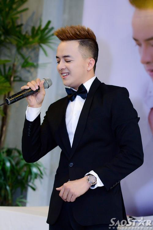 Cao Thái Sơn hát tặng mọi người ca khúc Anh vẫn yêu em như ngày đâu tiên.