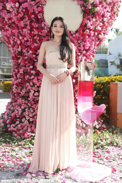 Trên thảm đỏ thời trang tại Milan (Ý), Thư Kỳ nổi bật với sắc hồng thanh lịch. Như một sự ăn ý, phía sau cô là rừng hoa tỏa sắc, tạo nên bức trang người và hoa sinh động.