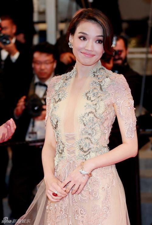 Trong sự kiện ra mắt Nhiếp Ẩn Nương tại Cannes lần thứ 68, Thư Kỳ diện váy in họa tiết quyến rũ và gợi cảm.
