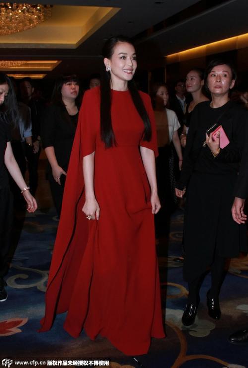 Nữ diễn viên tuổi tứ tuần nổi bật với váy đỏ thướt tha.