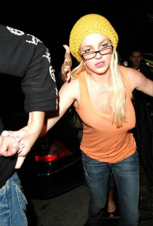 """Ở những năm độ tuổi 20, """"công chúa nhạc pop"""" Britney Spears bị đồn nâng cấp bộ ngực khiêm tốn. Trong một lần không diện áo ngực ra phố, nữ ca sĩ bị cánh săn ảnh bắt gặp khoảnh khác 2 bên ngực xô lệch."""