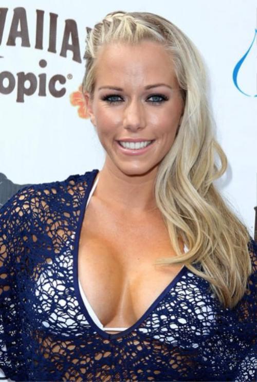 Cựu người mẫu Playboy  Kendra Wilkinson  để lộ vòng 1 bên to bên nhỏ qua lớp áo lưới.