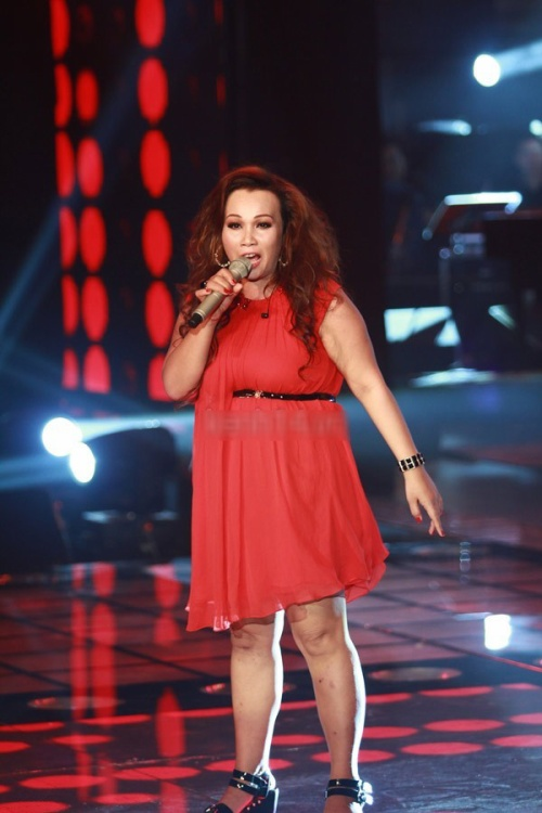 Ca sĩ Kim Loan trên sân khấu Giọng hát Việt mùa 1.