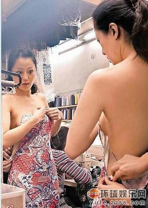 Nữ diễn viên Hong Kong Chương Tiểu Huệ cũng bị một phen ngượng chín mặt khi những hình ảnh cô thử váy bị chụp trộm và tung lên mạng. Theo một số nguồn tin, cả quá trình thay đồ của Chương Tiểu Huệ đều bị chụp lại và cô hầu như bị lộ toàn bộ phần ngực.