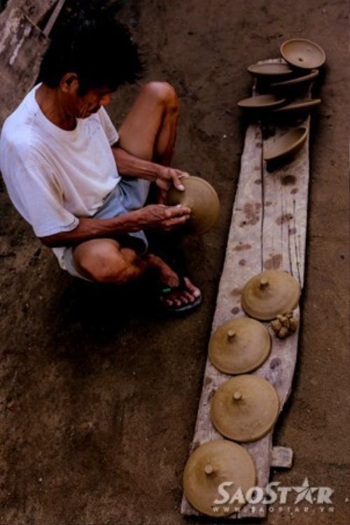 Công đoạn sửa nguội được thực hiện khi phôi gốm thành hình được phơi qua nắng khoảng 5 tiếng đồng hồ.