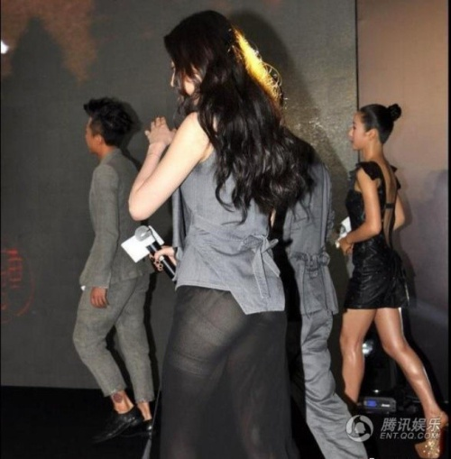 Có thể thấy nữ diễn viên sinh năm 1987 đã không hề hay biết sự cố của mình. Hình ảnh khiến Lưu Diệc Phi bị đánh giá là thảm họa.