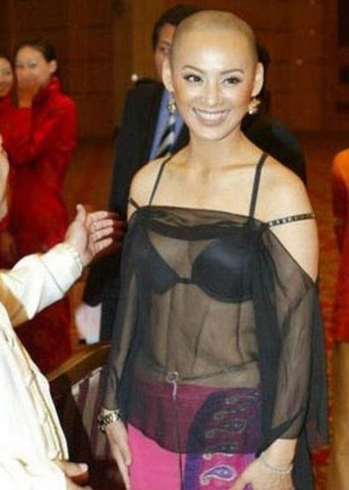 Bộ cánh tai tiếng của Ninh Tịnh. Người đẹp Lã Bất Vi bị chỉ trích chẳng khác gì sao phim cấp ba trên thảm đỏ