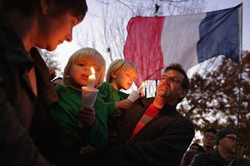 Một gia đình cùng hàng trăm người ở thủ đô Washington, D.C. thắp nến cầu nguyện tưởng nhớ các nạn nhân thiệt mạng trong vụ khủng bố ở Paris.