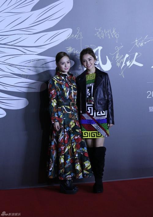 Hai thành viên Twins chọn phong cách sặc sỡ xuất hiện trên thảm đỏ.