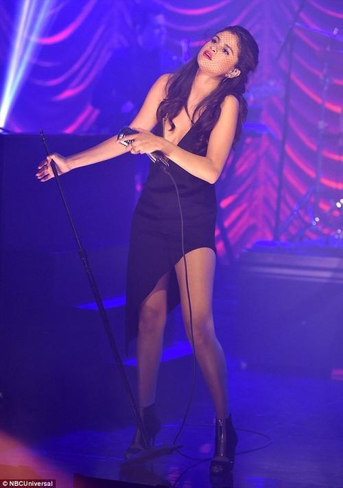 Đến cao trào, nữ ca sĩ buông áo, phô bày vóc dáng trong bộ váy liền phô bày vòng 1 và đôi chân thon thả.