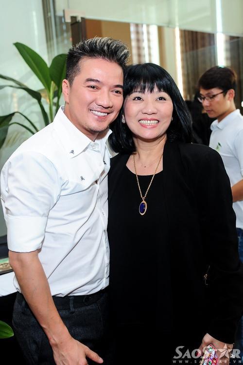 Anh vui vẻ chụp ảnh lưu niệm cùng ca sĩ Cẩm Vân.