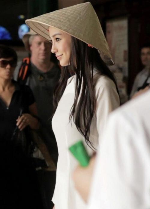 Angela Baby cũng dịu dàng bên nón lá trong chuyến sang Việt Nam. Hình ảnh được đánh giá e ấp dịu dàng, chẳng kém cạnh phụ nữ Việt.