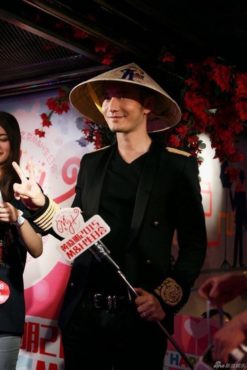Huỳnh Hiểu Minh khoe dáng nhí nhố bên nón lá. Đây cũng là món quà người hâm mộ Việt gửi tặng tài tử nhân dịp sinh nhật.