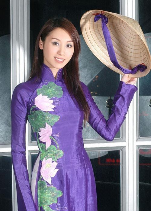 Quách Khả Doanh - mỹ nhân TVB - dịu dàng với áo dài và nón lá truyền thống.