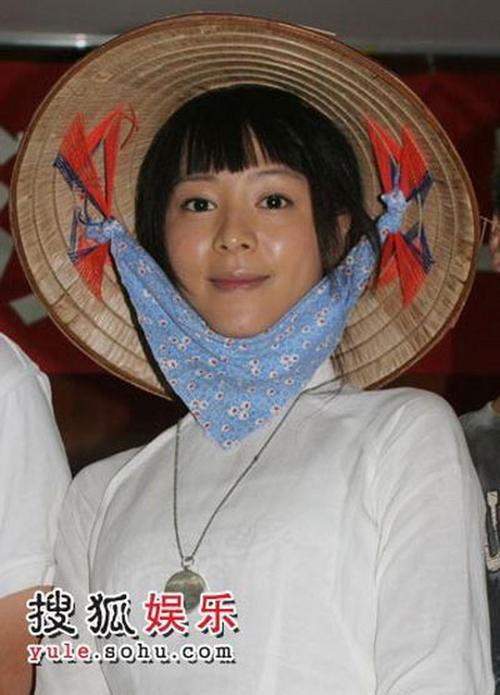 Trương Tịnh Sơ giản dị với nón lá mộc mạc. Cô tự nhận có nhiều nét giống phụ nữ Việt.