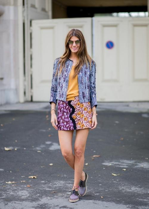 Áo thun trơn sơ vin cùng chân váy và một chiếc áo khoác in họa tiết là lựa chọn của nhiều người yêu thích phong cách này.