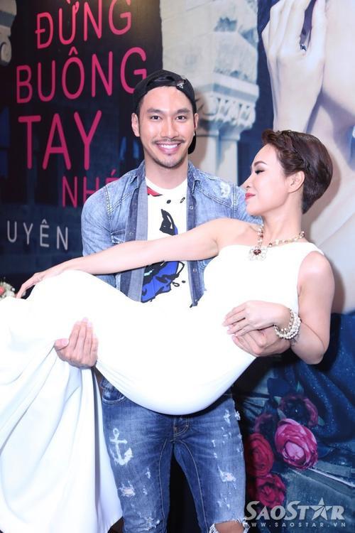 Nữ ca sĩ tiếp tục được nhà thiết kế Lý Quí Khánh bế bổng.