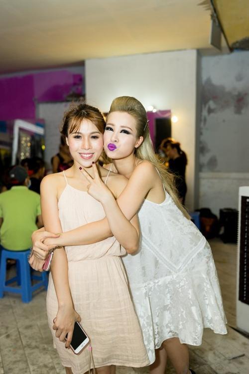 Một số hình ảnh hậu trường của Đông Nhi trong khi thực hiện MV Boom Boom.