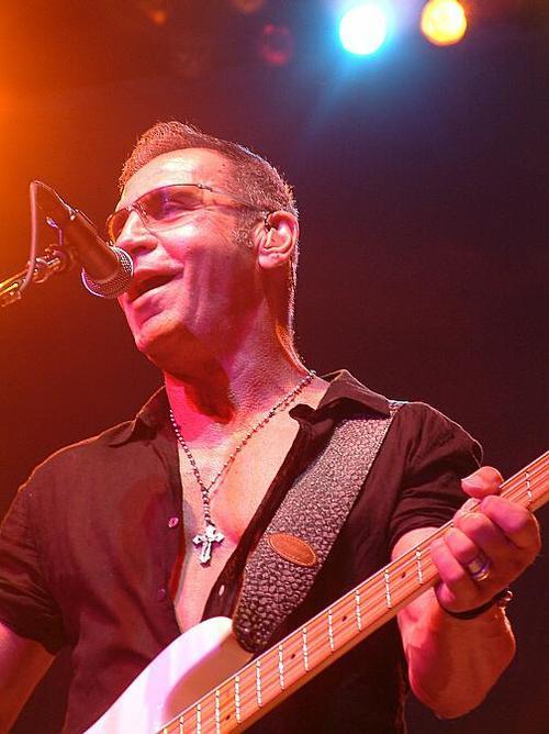 Cây bass 67 tuổi Chuck Panozzo của nhóm Styx công khai là gay đồng thời mắc căn bệnh thế kỷ vào năm 2001. Song song với điều trị bệnh, Chuck vẫn đi tour thường xuyên với nhóm và tham gia hỗ trợ những hoạt động nâng cao nhận thức về HIV và nhân quyền cho cộng đồng đồng tính.