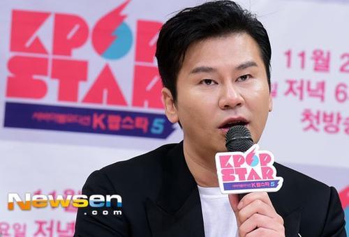 Chủ tịch Yang Hyun Suk trong buổi họp báo hôm 16/11.