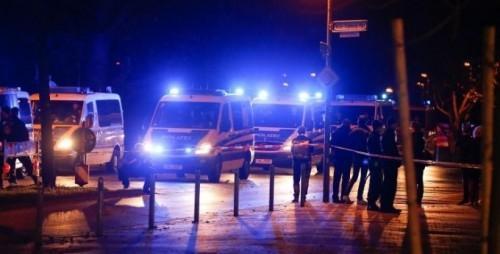Xem cảnh sát ở khắp mọi nơi quanh sân vận động.