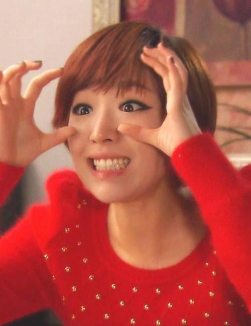 Mỗi lần xuất hiện trong các nhạc phẩm và trước công chúng, Ga In không thể quên kẻ mắt thật đậm vì đôi mắt của cô quá bé nhỏ. Nhược điểm này khiến nữ ca sĩ luôn phải gắn bó với bút kẻ mắt.