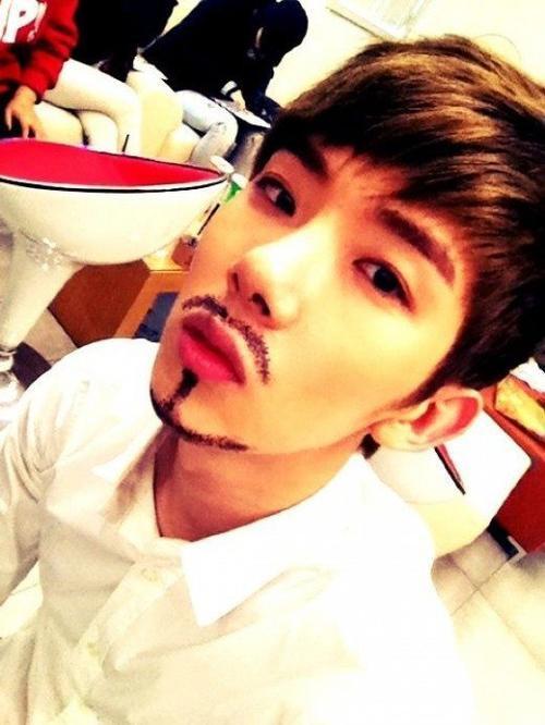 Nam ca sĩ Jo Kwon thuộc 2AM buồn phiền vì anh không thể nuôi râu ria.