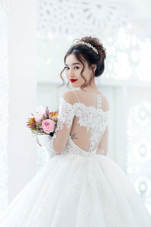 """Đáp lại những tò mò đó, Lan Ngọc quyết định chọn giải pháp…""""tự cưới"""". Cô nói đùa: """"Bên gia đình hay hỏi vui chả biết Ngọc mặc áo cưới thế nào, giờ thì biết luôn rồi đó."""